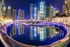在夜期间,迪拜小游艇船坞 库存图片