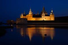 在夜期间,卡尔马城堡 免版税库存照片