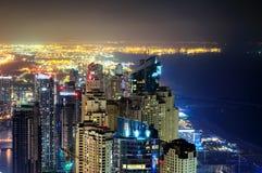 在夜期间,庄严五颜六色的迪拜小游艇船坞地平线 世界的多个最高的摩天大楼 团结的阿拉伯迪拜酋长管辖区海滨广&# 库存图片