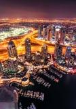 在夜期间,庄严五颜六色的迪拜小游艇船坞地平线 团结的阿拉伯迪拜酋长管辖区海滨广&# 免版税库存照片
