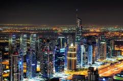 在夜期间,庄严五颜六色的迪拜小游艇船坞地平线 团结的阿拉伯迪拜酋长管辖区海滨广&# 免版税图库摄影