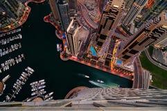 在夜期间,庄严五颜六色的迪拜小游艇船坞地平线 团结的阿拉伯迪拜酋长管辖区海滨广&# 库存照片