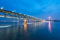 在夜期间,武汉长江桥梁,武汉市,中国 免版税库存照片