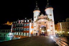 在夜期间,门和塔在Alte Brucke 免版税库存图片