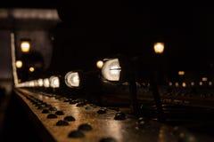 在夜桥梁的光亮的灯 免版税库存图片