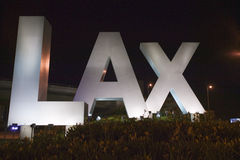 在夜欢迎旅客的LAX标志向洛杉矶国际机场,洛杉矶,加州 库存图片