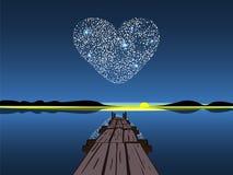 在夜湖的金刚石心脏 免版税库存图片