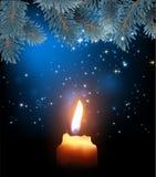 在夜满天星斗的天空和冷杉的背景的灼烧的蜡烛 库存例证