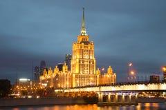 在夜照明的拉迪森皇家旅馆乌克兰特写镜头在9月微明下 库存图片