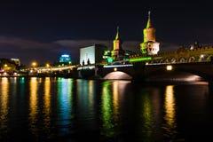 在夜照明的桥梁Oberbaumbruecke 免版税图库摄影