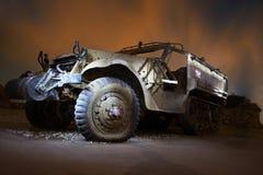 在夜照明的被放弃的汽车 库存图片