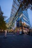 在夜照明的购物街道Kurfuerstendamm 免版税库存照片