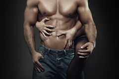 在夜特写镜头的性感的年轻夫妇身体 图库摄影