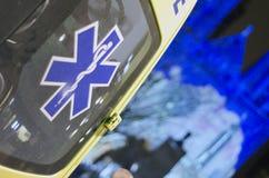 在夜特写镜头的救护车 免版税库存照片