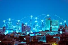 在夜现代城市的Wifi连接技术背景的 免版税库存图片