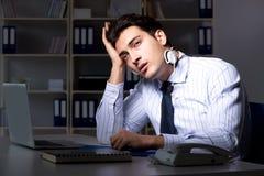 在夜班期间的疲乏和被用尽的帮助台操作员 免版税库存照片
