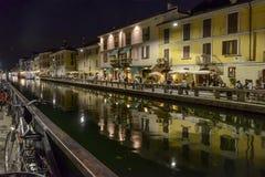 在夜生活时间的Naviglio重创的堤防,米兰,意大利 免版税库存图片