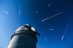 在夜空星下的天文学观测所 库存图片