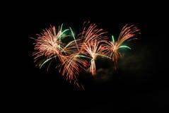 在夜空的五颜六色的烟花 免版税库存照片