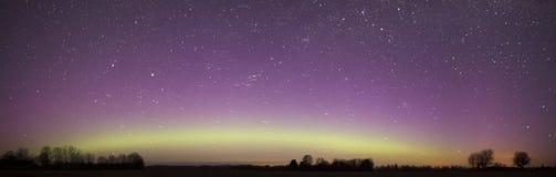 在夜空的北极光全景 免版税库存图片