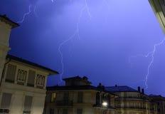 在夜空的印象深刻的闪电 图库摄影