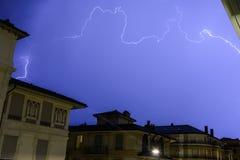 在夜空的印象深刻的闪电 免版税库存图片