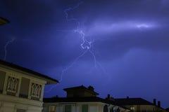 在夜空的印象深刻的闪电 库存照片