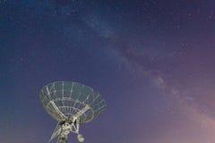 在夜空的无线电望远镜 库存照片