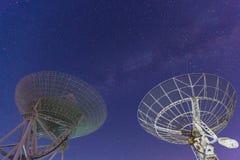 在夜空的无线电望远镜 免版税库存照片
