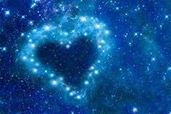 在夜空的明亮的星安排了以心脏,浪漫不可思议的夜,爱情人节卡片的形式 库存照片