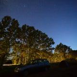 在夜空的星在高速公路在森林里 库存照片