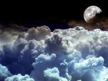 在夜空的甲晕堆蓝色云彩 库存照片
