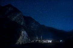在夜空的美丽的星在山 库存图片