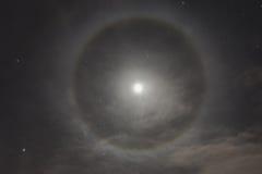 在夜空的自然现象 月亮光晕 免版税图库摄影