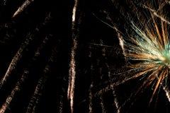 在夜空的致敬 欢乐烟花明亮的纹理  与各种各样的颜色烟花的抽象假日背景点燃 新 库存图片