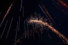 在夜空的致敬 欢乐烟花明亮的纹理  与各种各样的颜色烟花的抽象假日背景点燃 新 免版税库存照片