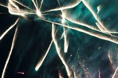在夜空的致敬 欢乐烟花明亮的纹理  与各种各样的颜色烟花的抽象假日背景点燃 新 库存照片