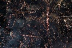 在夜空的致敬 欢乐烟花明亮的纹理  与各种各样的颜色烟花的抽象假日背景点燃 新 免版税图库摄影