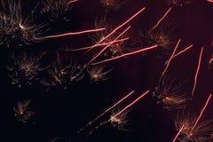 在夜空的致敬 欢乐烟花明亮的纹理  与各种各样的颜色烟花的抽象假日背景点燃 新 免版税库存图片
