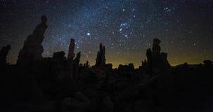 在夜空的银河timelapse在莫诺湖,加利福尼亚 股票录像