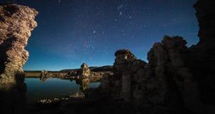 在夜空的银河timelapse在莫诺湖,加利福尼亚 股票视频