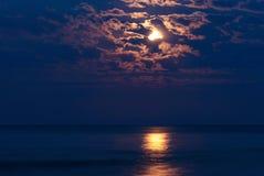 在夜空的满月 免版税库存图片