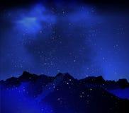 在夜空背景的山  免版税库存照片