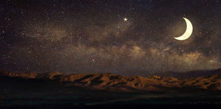 在夜空风景和月亮的银河星, 免版税库存图片
