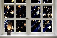 在夜窗口的被点燃的煤油灯 免版税库存图片