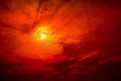 在夜红色天空的纯种月亮剪影深红云彩 库存照片
