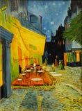 在夜绘画的凡高咖啡馆 免版税库存图片