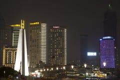 在夜背景的上海大厦 免版税库存图片