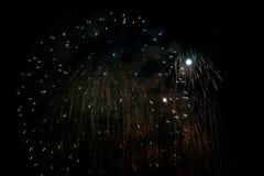 在夜背景的银色烟花与月亮 免版税库存图片