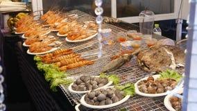 在夜街市食品店的全国亚洲异乎寻常的立即可食的海鲜在泰国 可口烤大虾或 影视素材